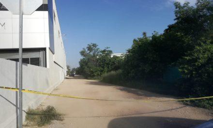 Lo encuentran muerto, tirado en lote baldío en periférico Mérida