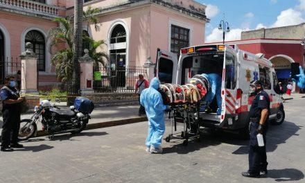 Mujer enferma es rescatada en el centro de Mérida y llevada en cápsula