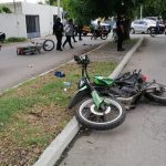 'Vuela' para entregar un pedido y choca con otro motociclista (Vídeo)