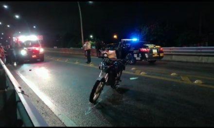 Derrapa motocicleta con tres adultos y bebé en brazo; conductor ebrio (Video)