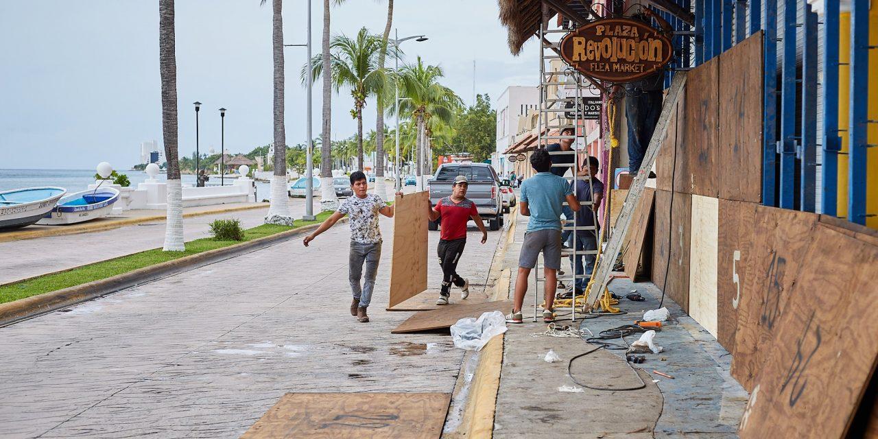 """Toca tierra huracán """"Delta"""" cerca de Puerto Morelos y se debilita"""