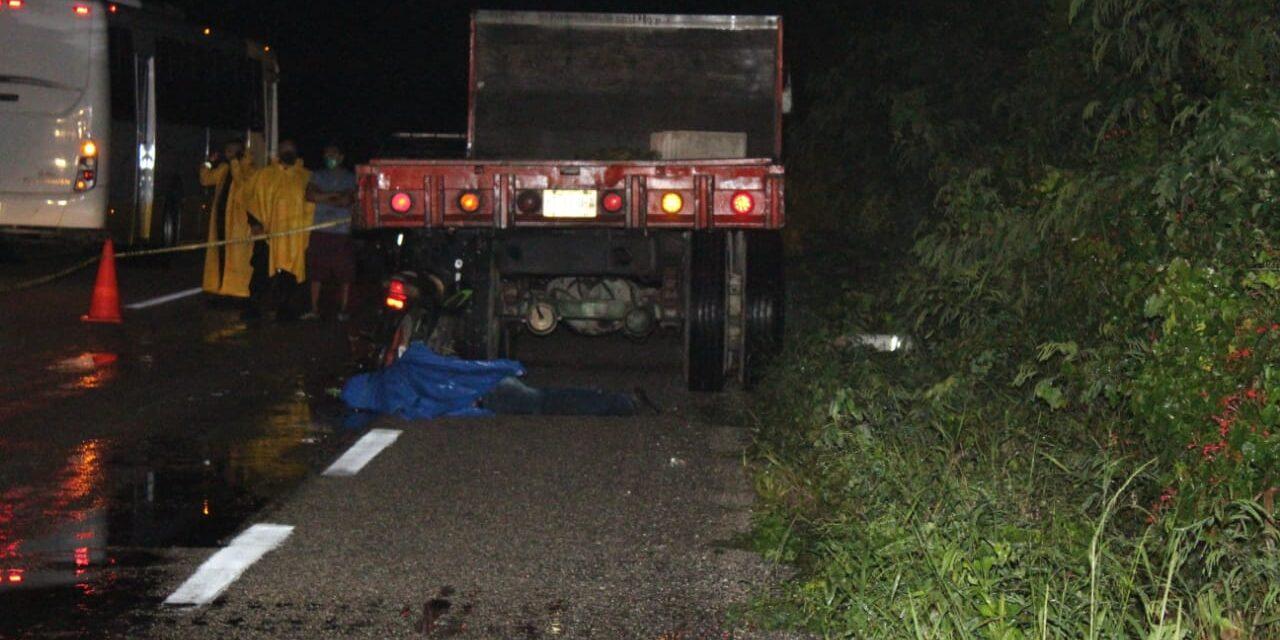 Muere motociclista bajo lluvia al impactarse contra camión materialista
