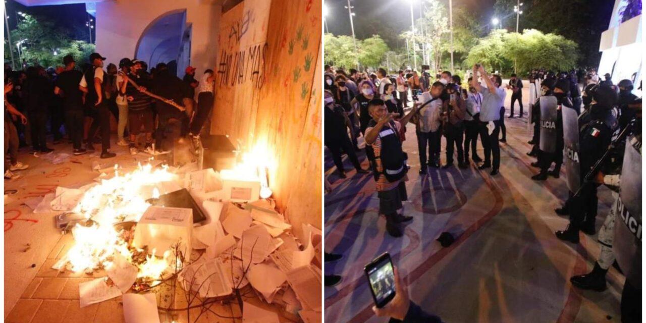 Reprimen en Ayuntamiento de Cancún protesta contra feminicidios