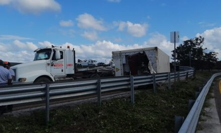 Contenedor con toneladas de carnes frías volcó en la Campeche-Mérida
