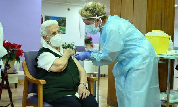Araceli, una mujer de 96 años, es la primera vacunada frente al Covid-19 en España