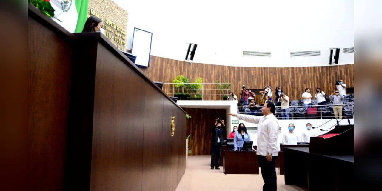 Nuevo fiscal de Yucatán rinde protesta al cargo y guarda silencio