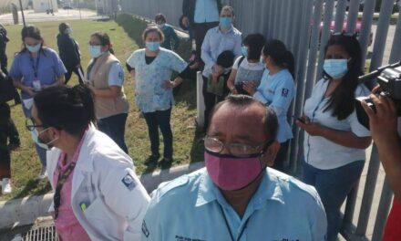 Suben de tono protestas por 'fallas' en vacunación a personal de salud