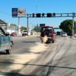 Derrapan en moto por diesel regado, se levantan y los choca un auto