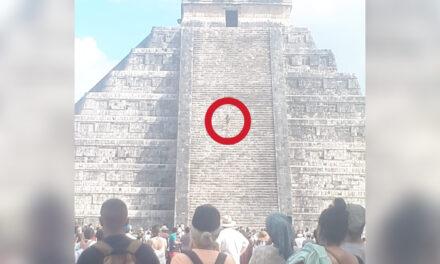 Mujer sube a El Castillo de Chichén Itzá y exhibe falta de vigilancia