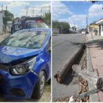 Auto de plataforma choca poste, huye y se estampa en fachada de pastelería