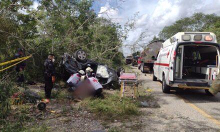 Familia vuelca en la Mérida-Cancún y muere bebé de dos años