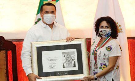 """Medalla Héctor Herrera """"Cholo"""" a maestra y titiritera Andrea Herrera López"""