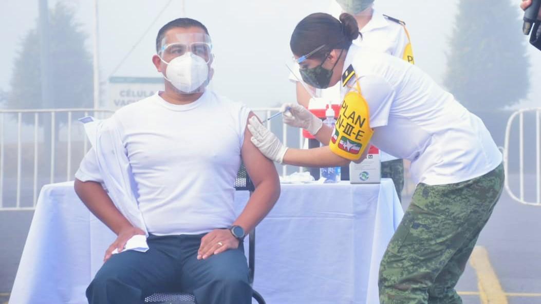 Vacunación a personal de salud cambia de sedes militares a hospitales