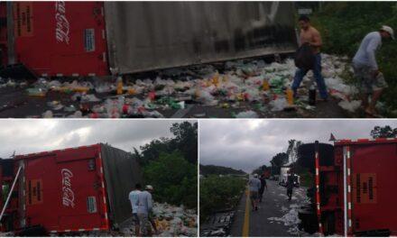 Saquean tráiler de refrescos en la carretera Mérida-Cancún