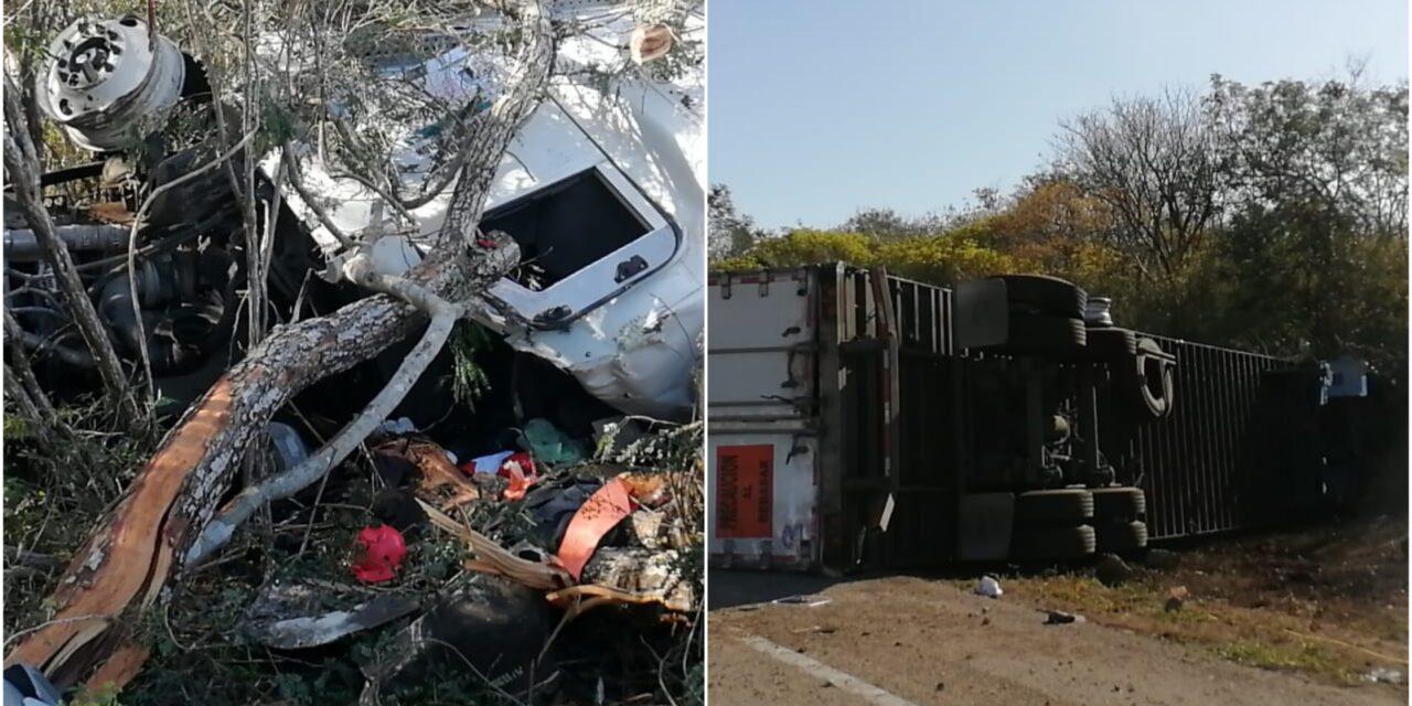 Vuelca tráiler en la Mérida-Campeche y se roban parte de la carga (Video)