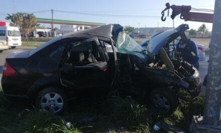 Chocan y quedan atrapados en auto sobre periférico de Mérida