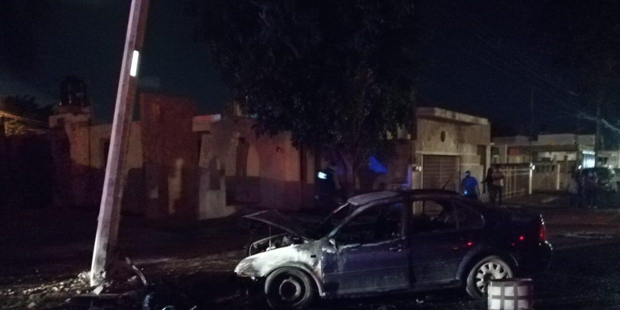 Choca poste de electricidad, cae transformador sobre auto y lo incendia