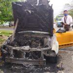 Auto de lujo consumido por fuego detrás del hospital Juárez, Mérida