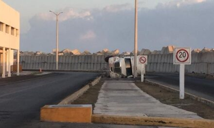 Volcadura peligrosa en muelle de Progreso: pipa repleta de combustible