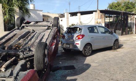 Costoso pestañazo: tres autos dañados en Juan Pablo Segundo