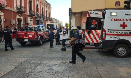 Se desploma techo de comercio en centro de Mérida y buscan víctimas