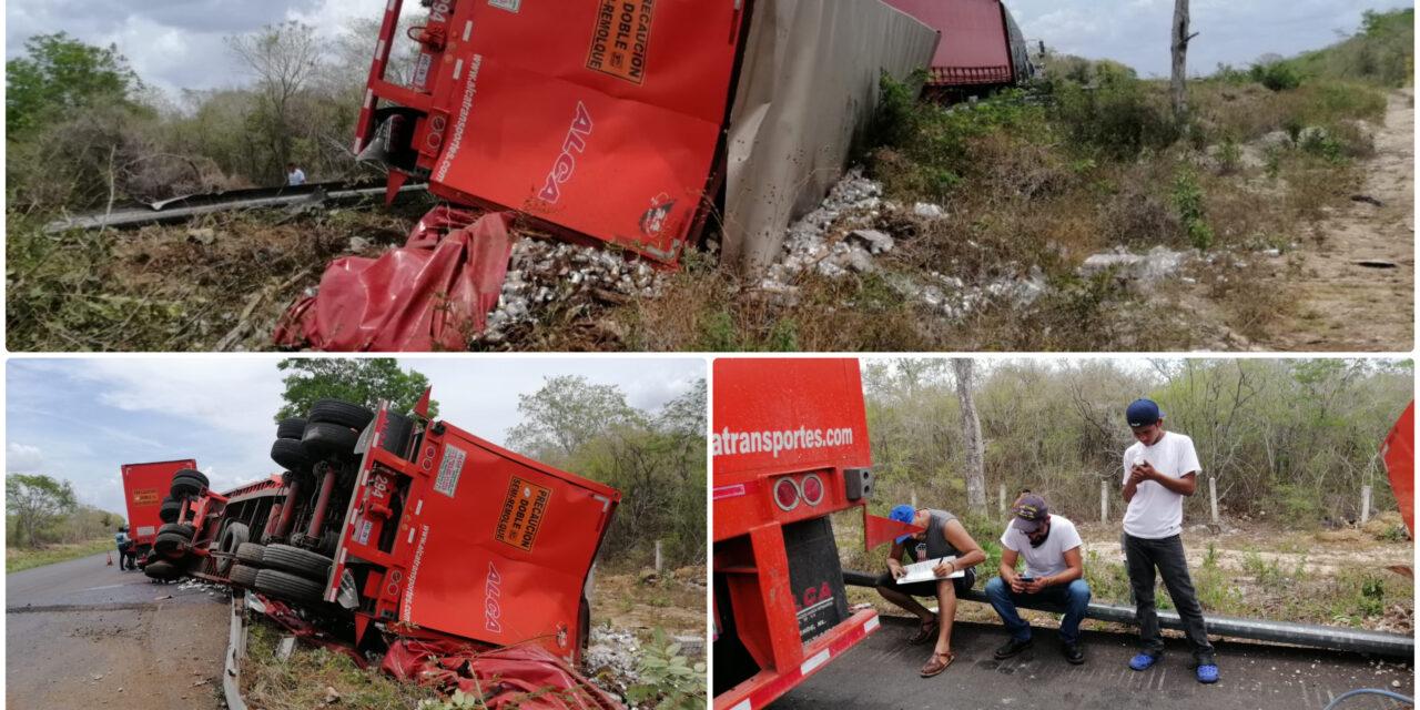 Volcó con 25 toneladas de latas de cerveza con destino a Zacatecas