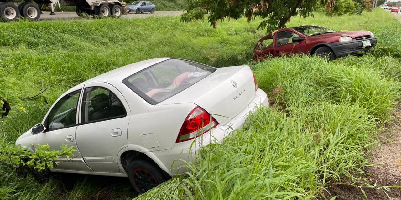 Sin seguros y con piso mojado: chocan autos en periférico de Mérida
