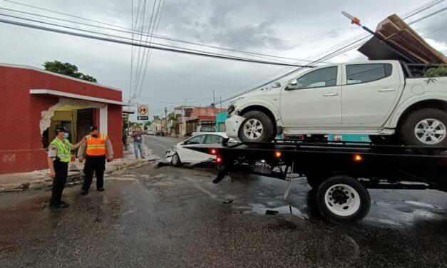 Choque desbarata frente de casa en centro de Mérida